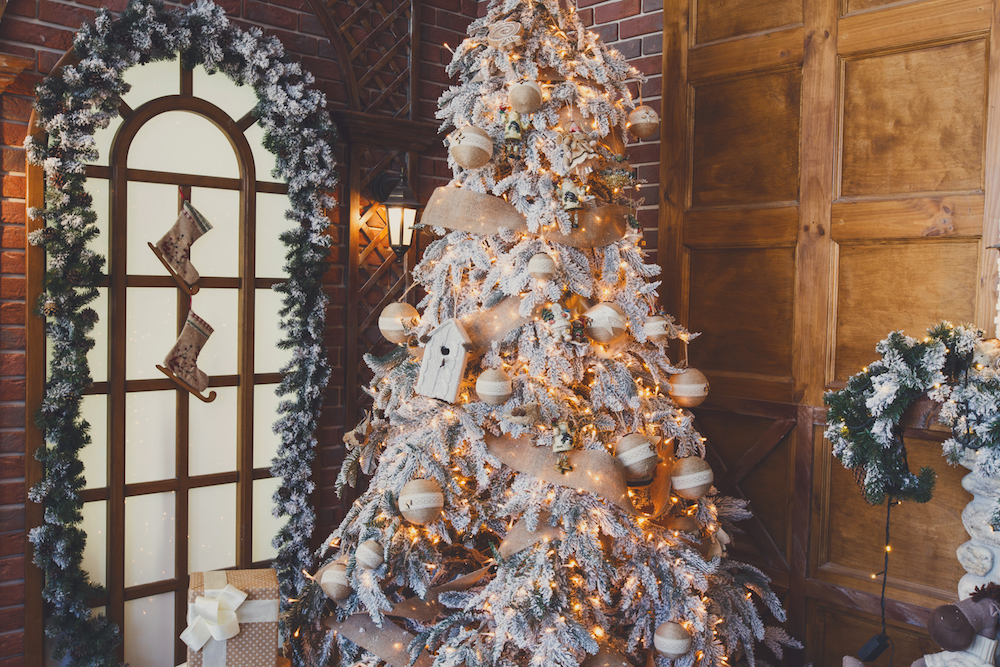 Christmas Decoration Ideas: Garland in Doorway