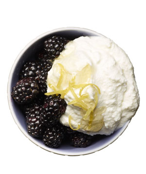 Blackberries with ricotta and honey