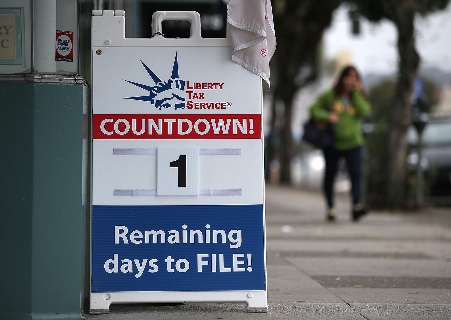 Tax Preparers Help Last Minute Filers Ahead Of Income Tax Deadline