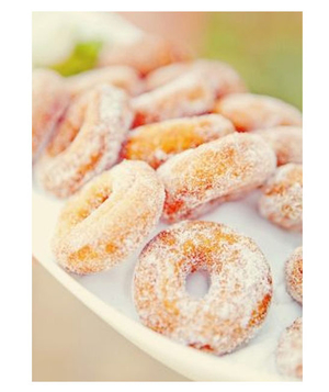 Sugar-dusted donuts wedding favor