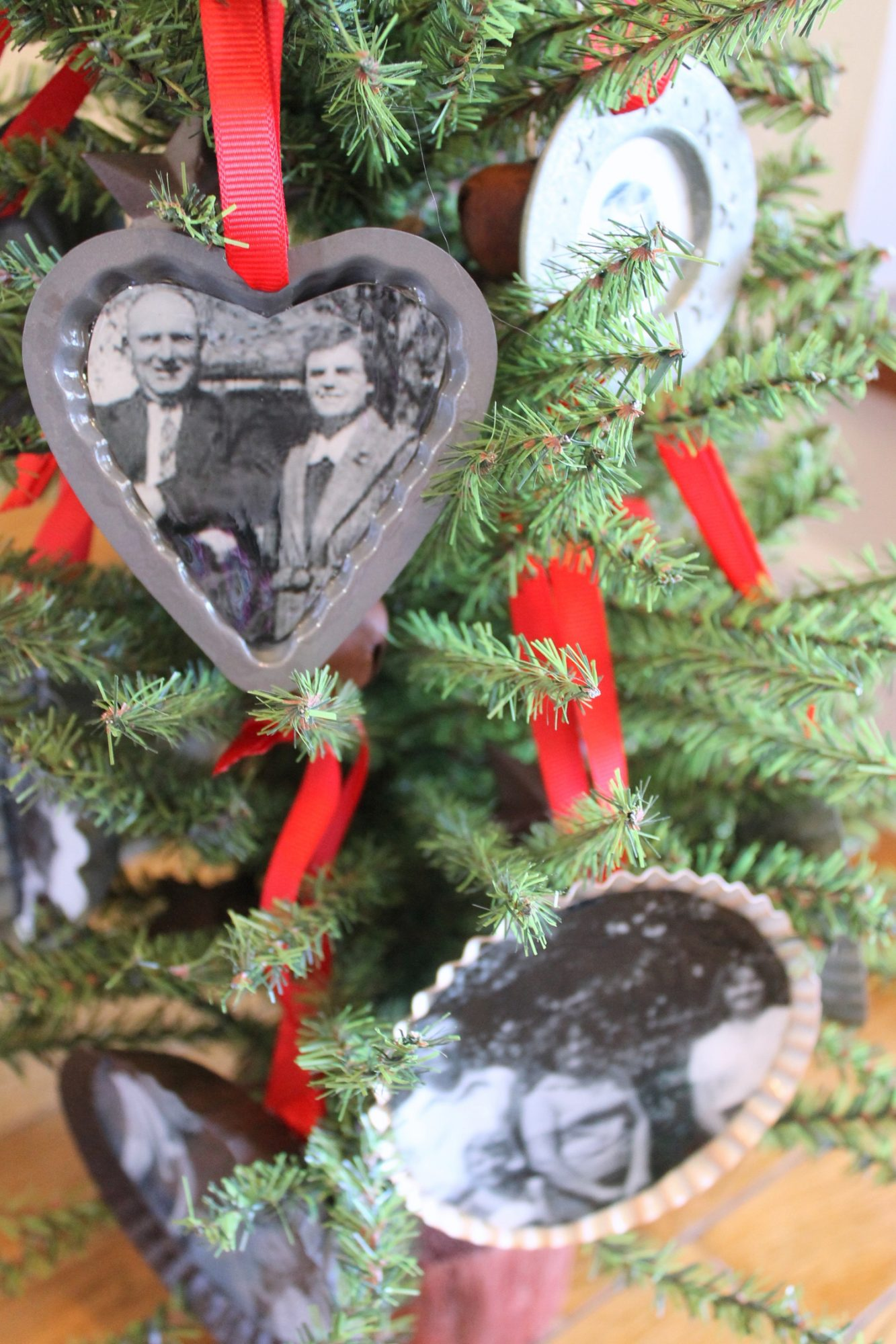 Photo ornaments you can make yourself real simple family photo ornaments solutioingenieria Gallery