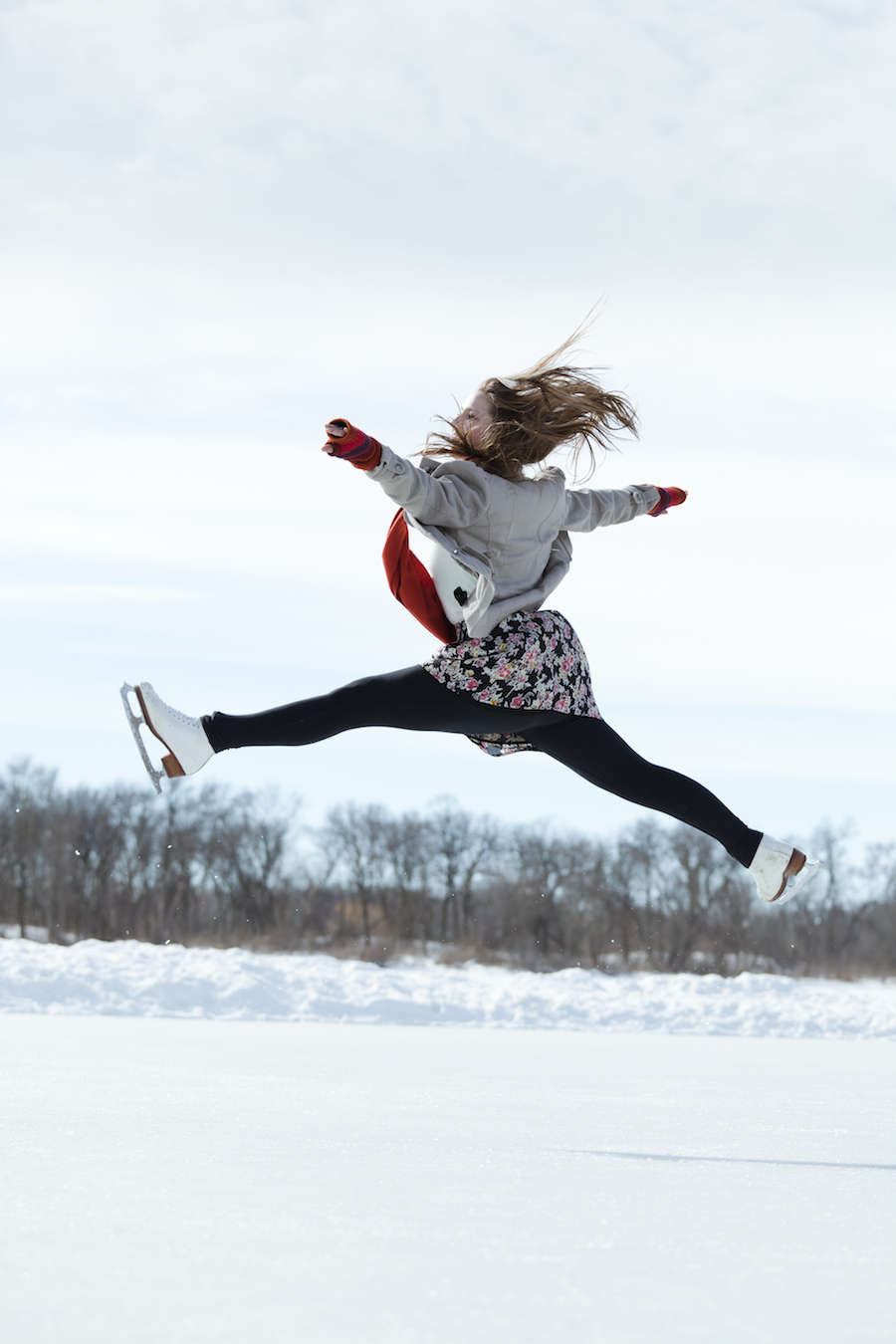 women iceskater jumping