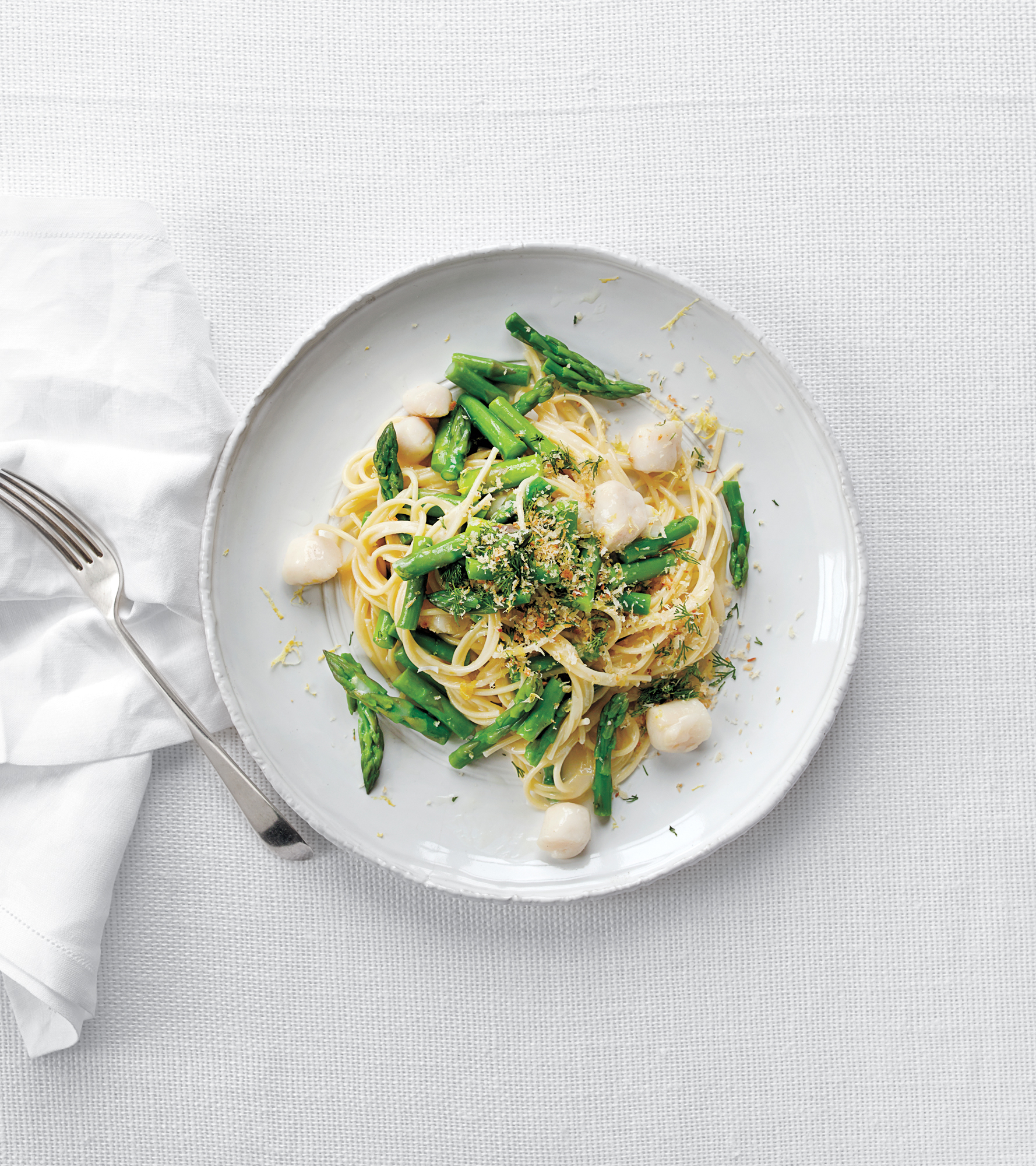 Spaghetti With Asparagus, Bay Scallops, and Buttery Bread Crumbs
