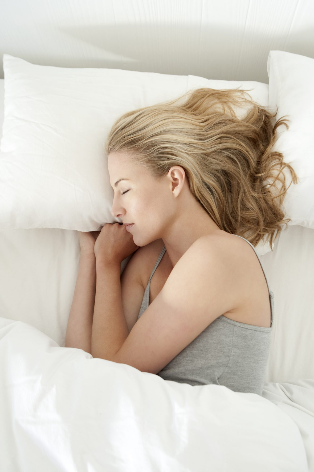 woman-sleeping-in-white-bed
