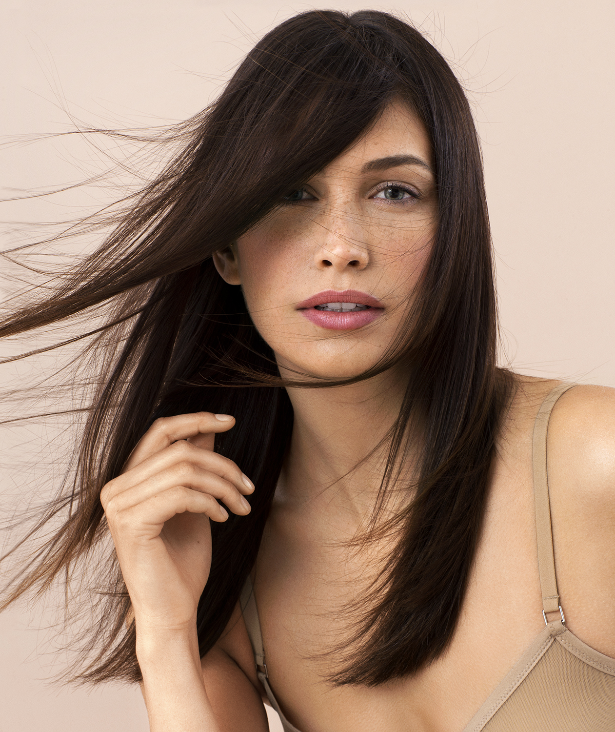 Model with fine straight brown hair