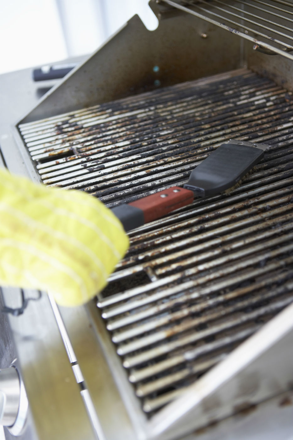 Cleaning a grill grate