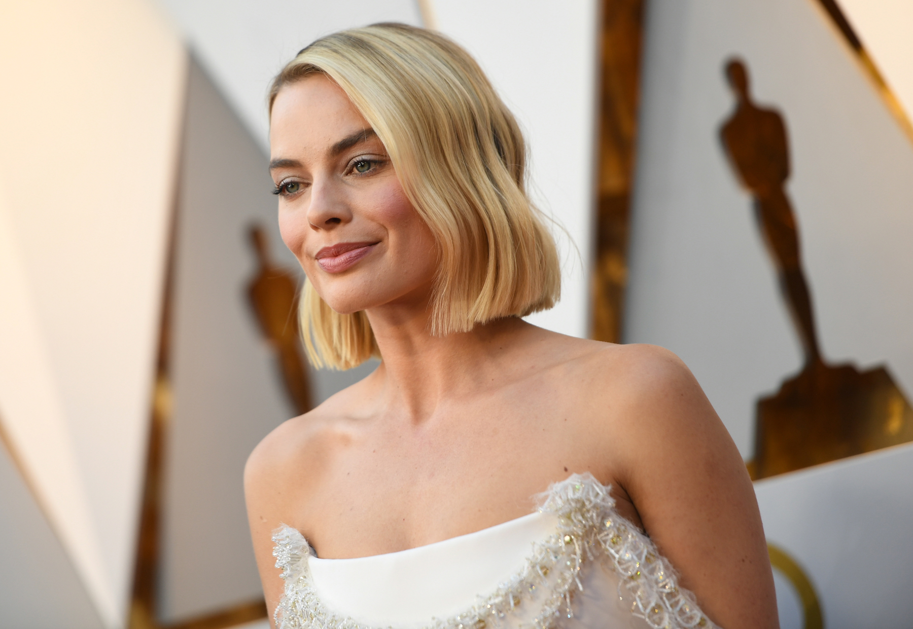 Margot Robbie with bob haircut at Oscars