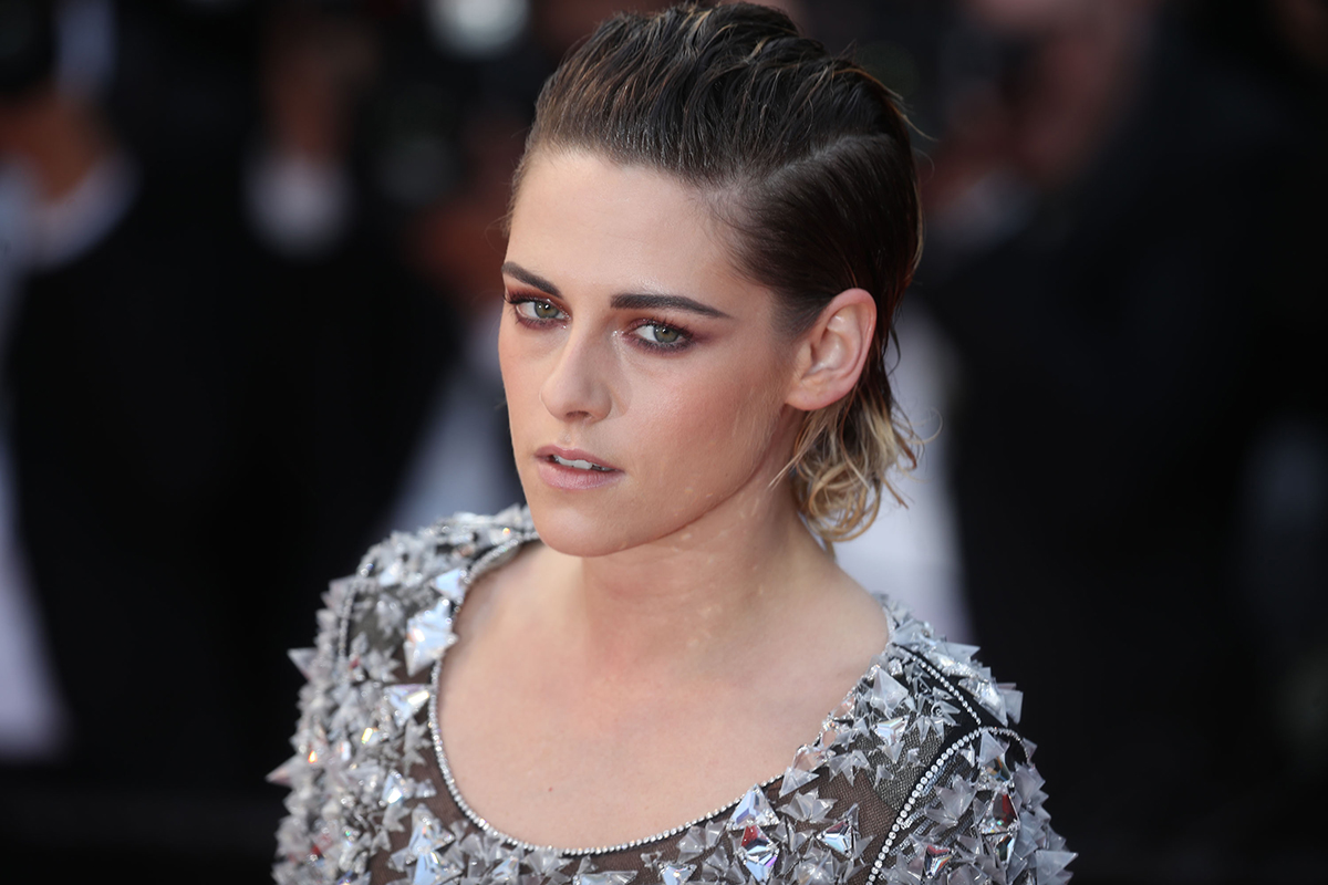 5 minute hot weather hairstyles seriously real simple kristin stewart no heels cannes solutioingenieria Image collections