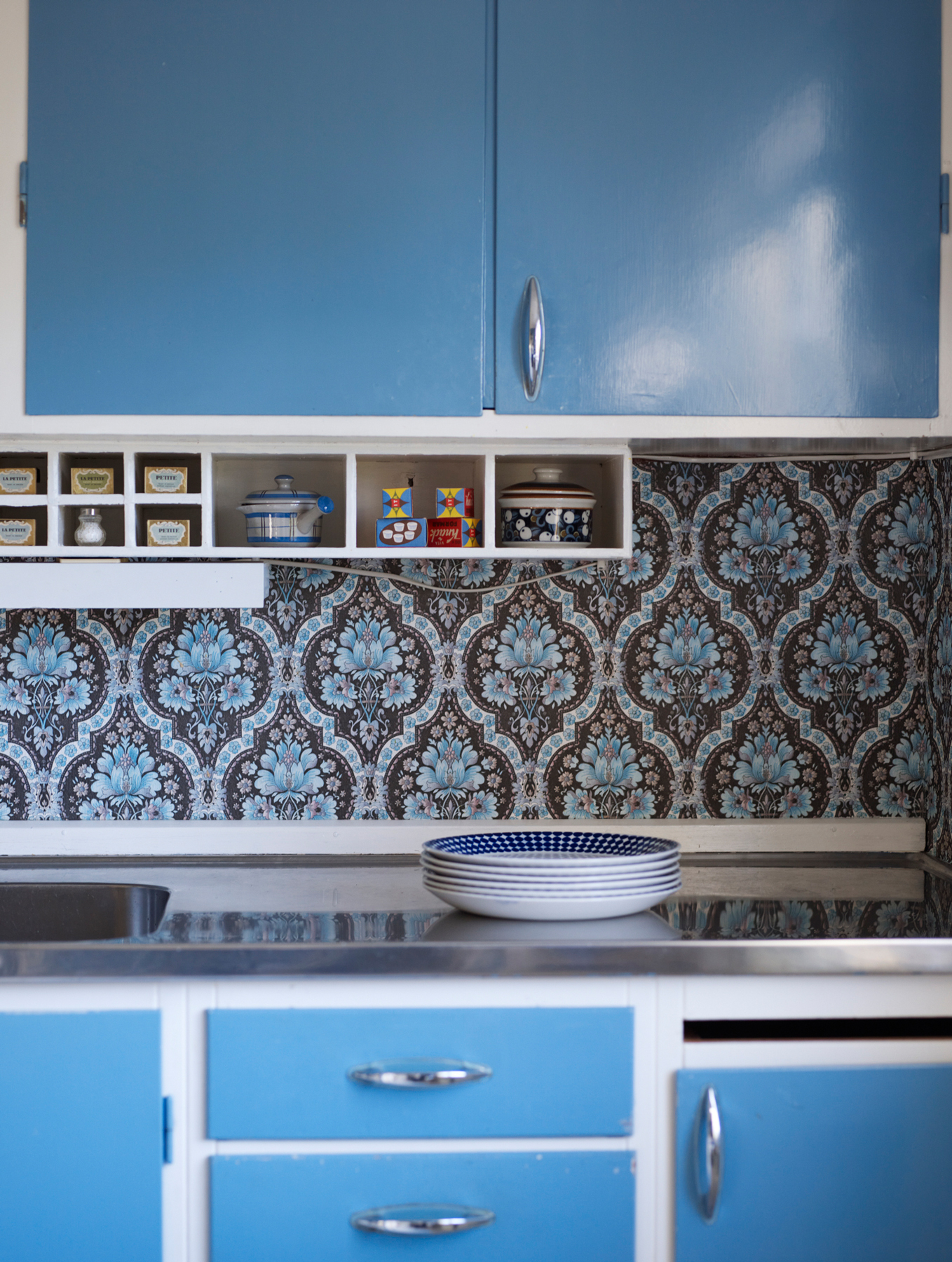 Vintage and retro kitchen decor ideas - kitchen with retro blue cabinets