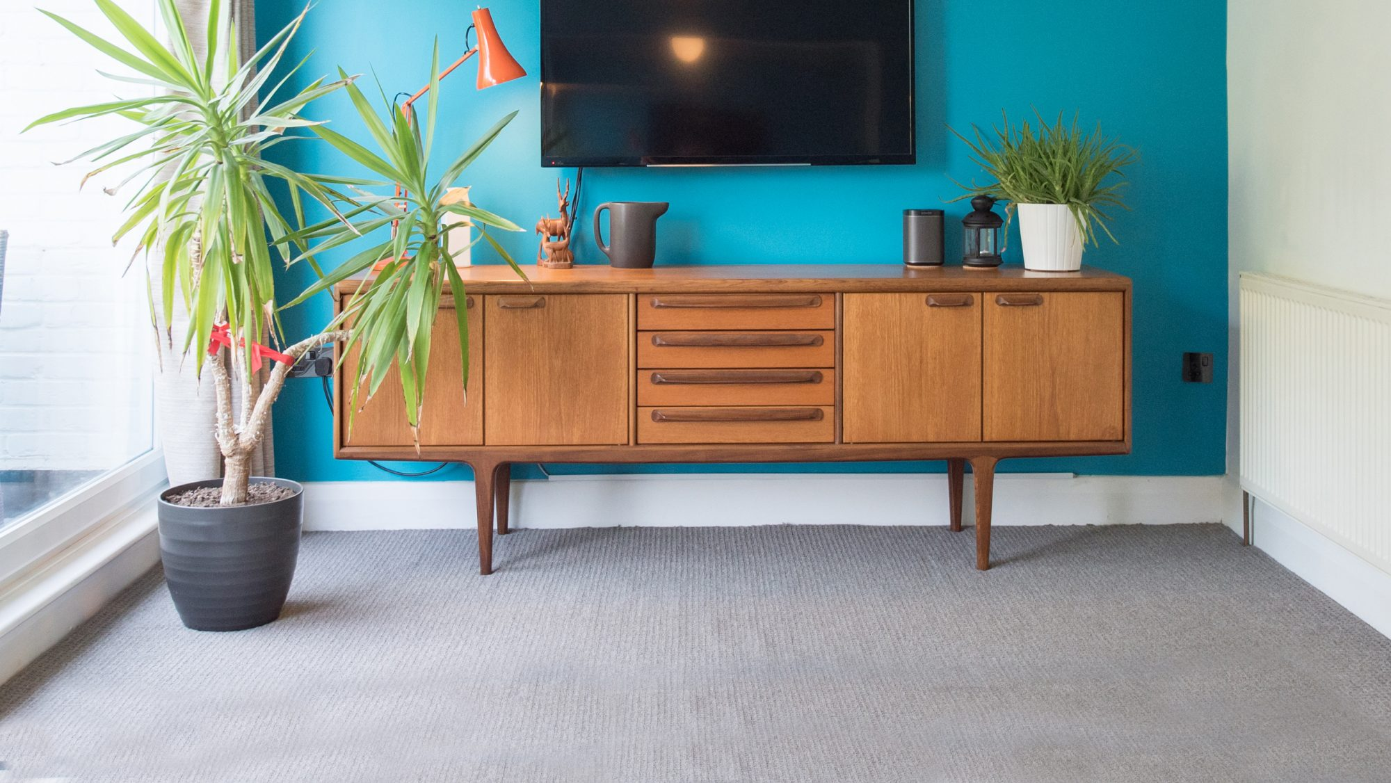 room with wall to wall carpeting