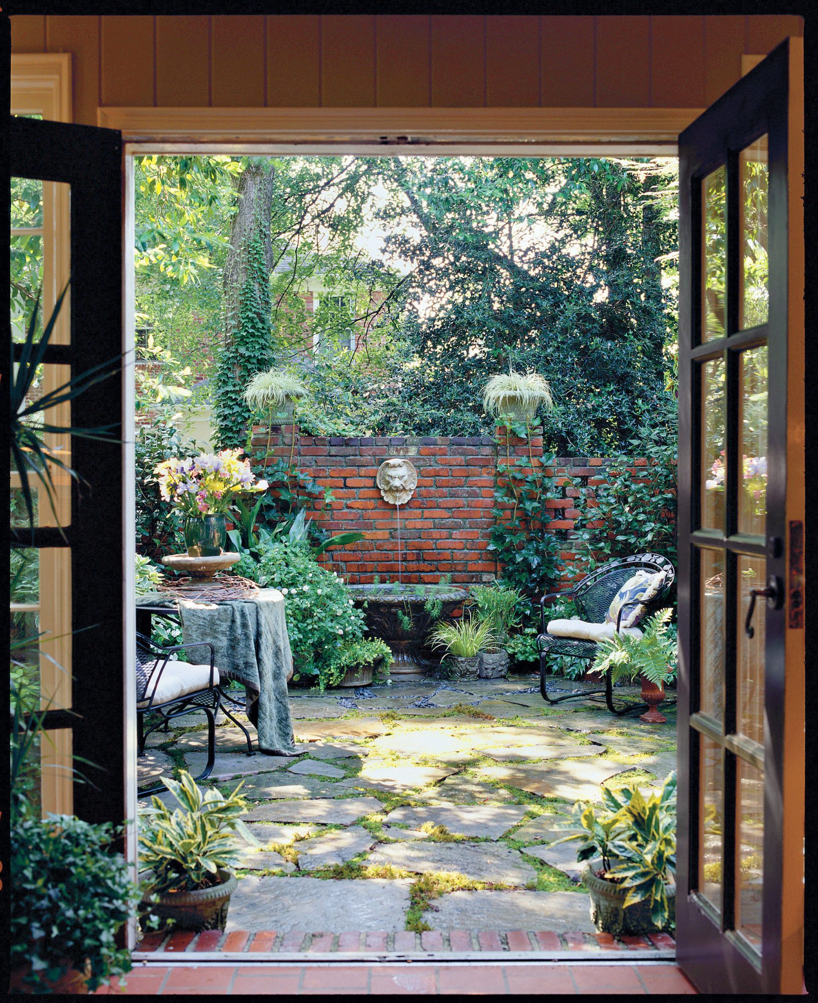 3 courtyard designs southern living for Small shady courtyard ideas