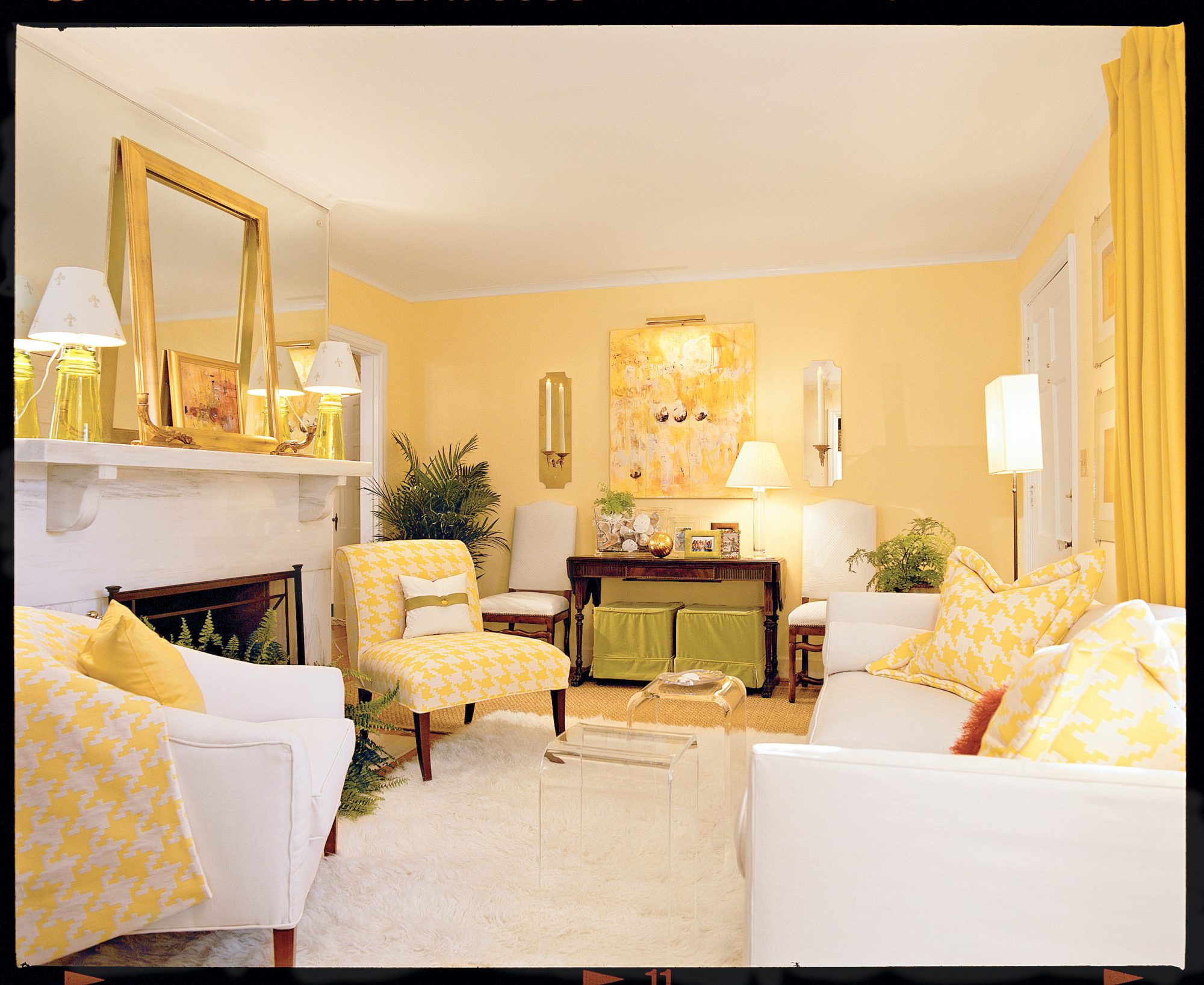 Cheery yellow living room southern living for Combinacion de colores para interiores
