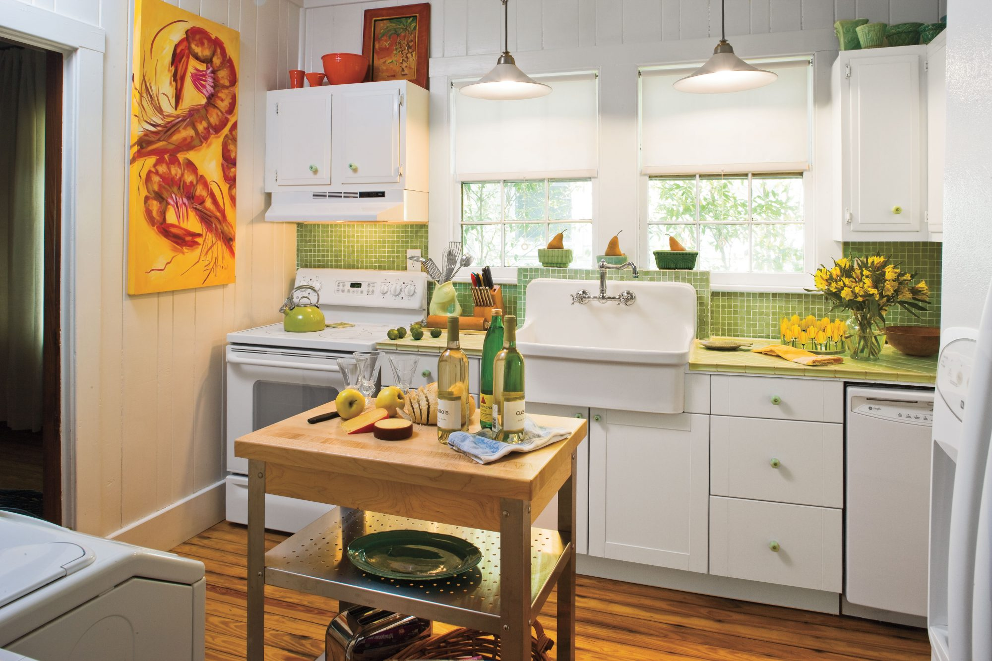 Stylish vintage kitchen ideas southern living for Modern kitchen in 1930s house