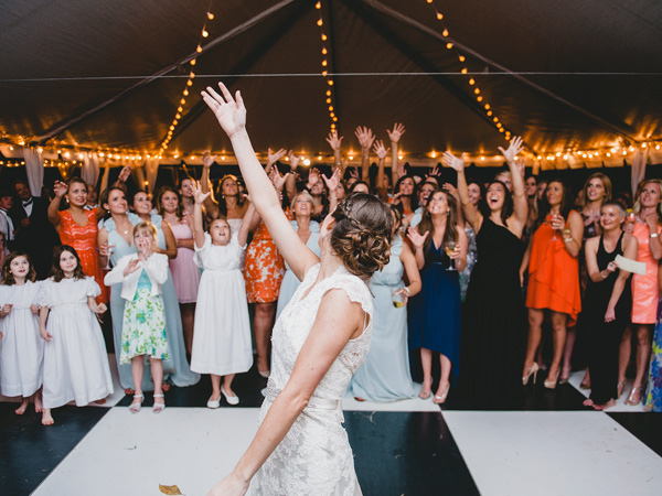 southern-wedding-bouquet-toss.jpg