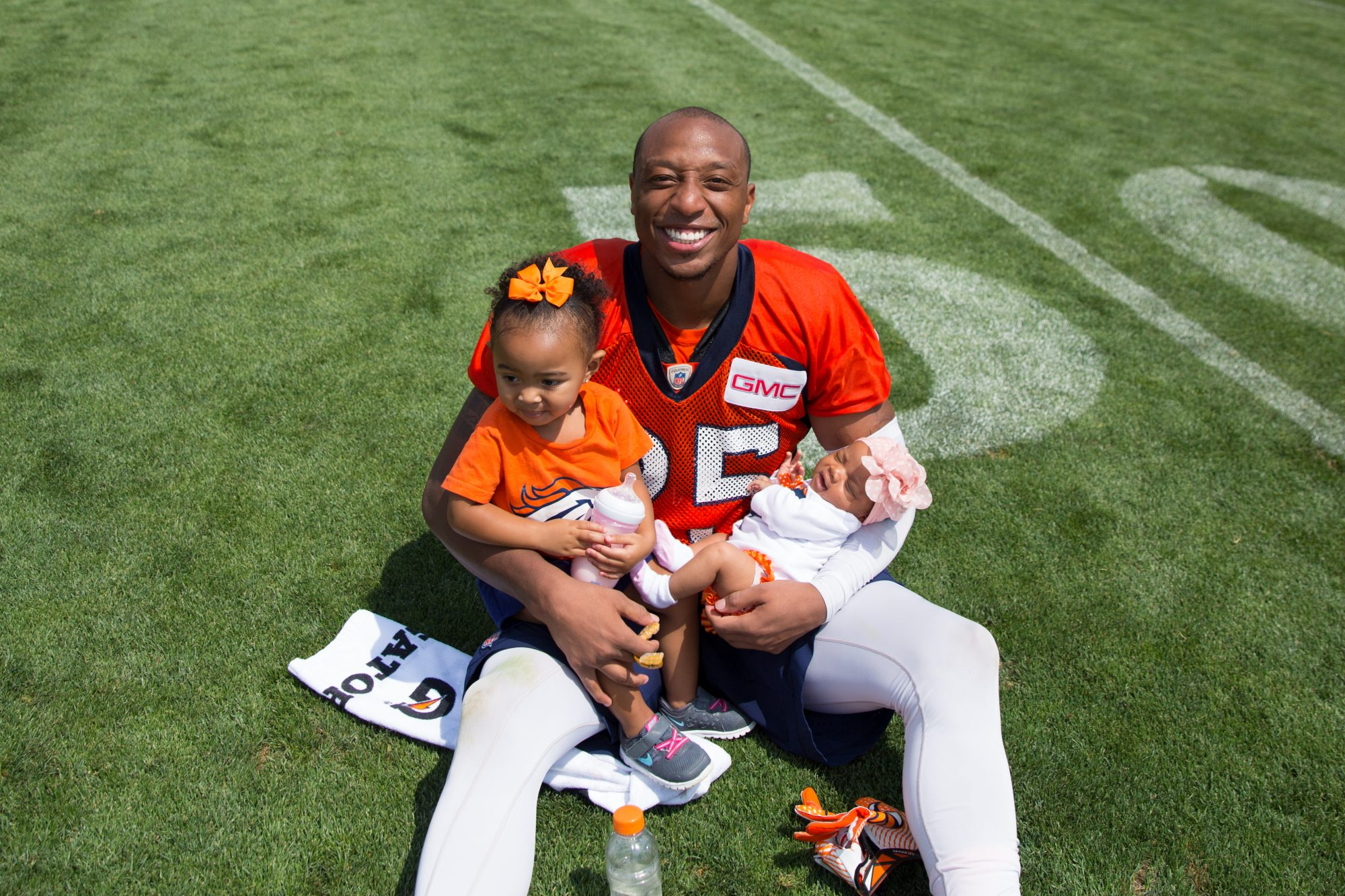 Chris Harris Jr. with his Daughters