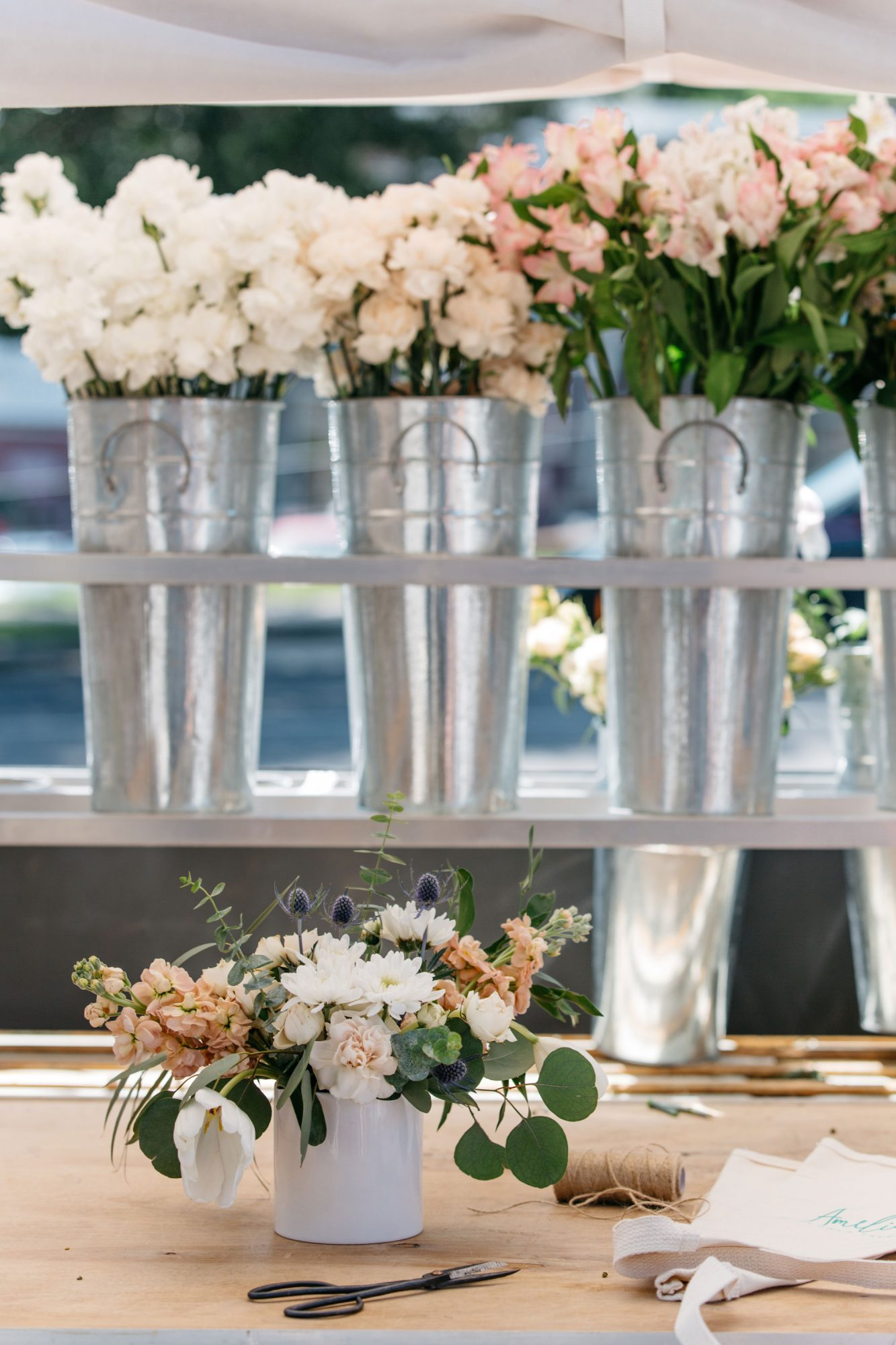 Flower arrangements from fresh flowers - an original decor for any holiday 56