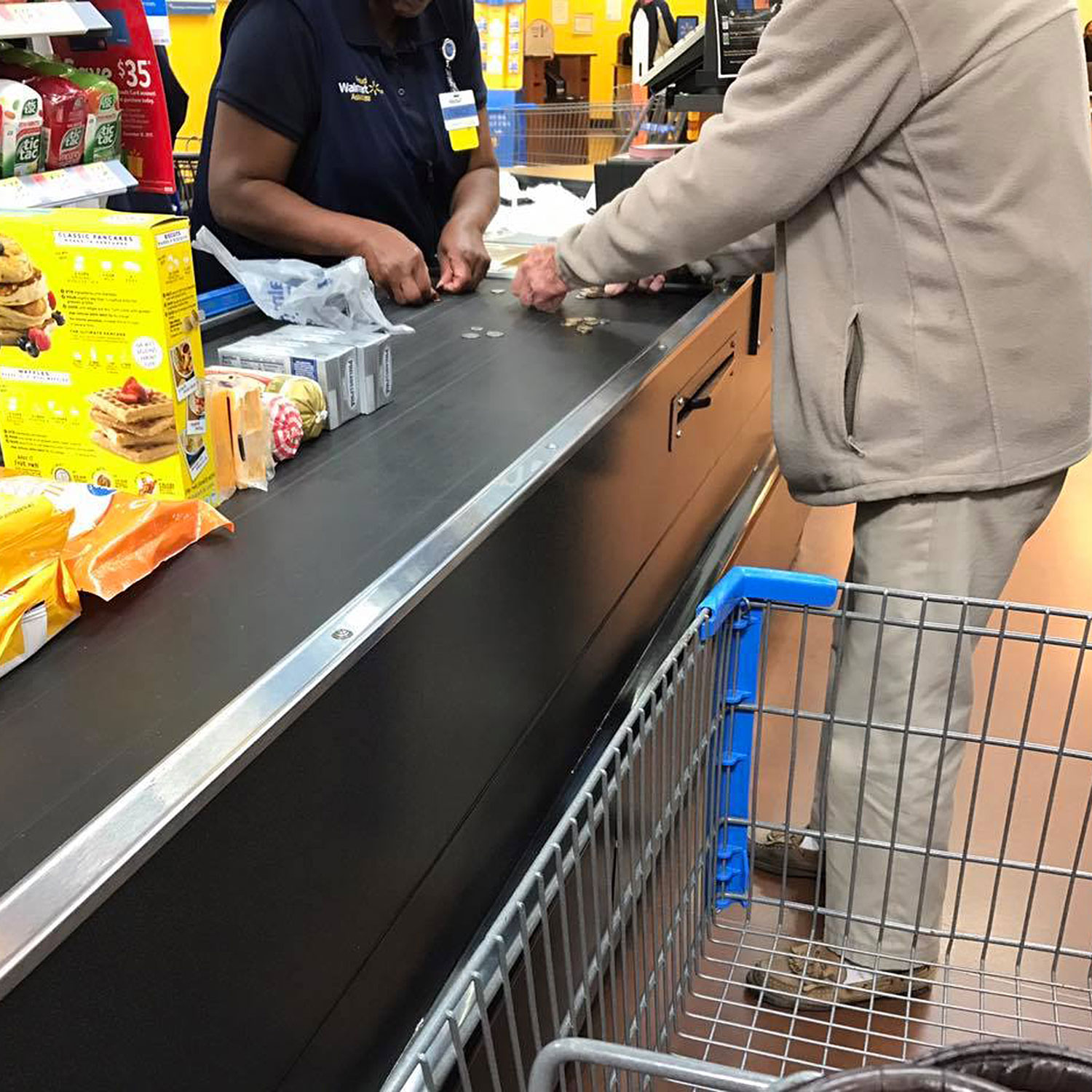 Heartwarming Photo Captures Walmart Cashier Helping Nervous Elderly Man Count His Change
