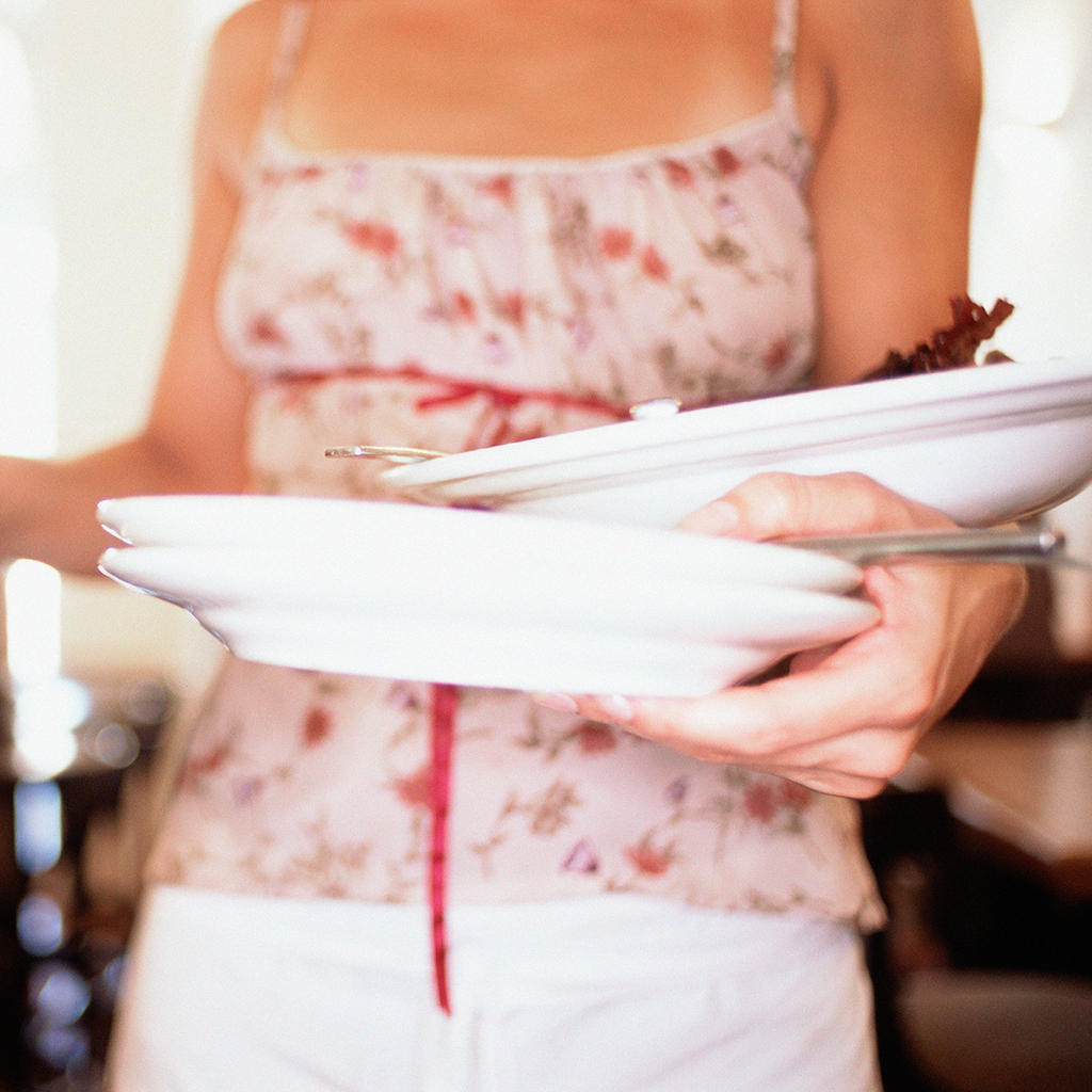 When Should a Waiter Remove a Diner's Dinner Plate?