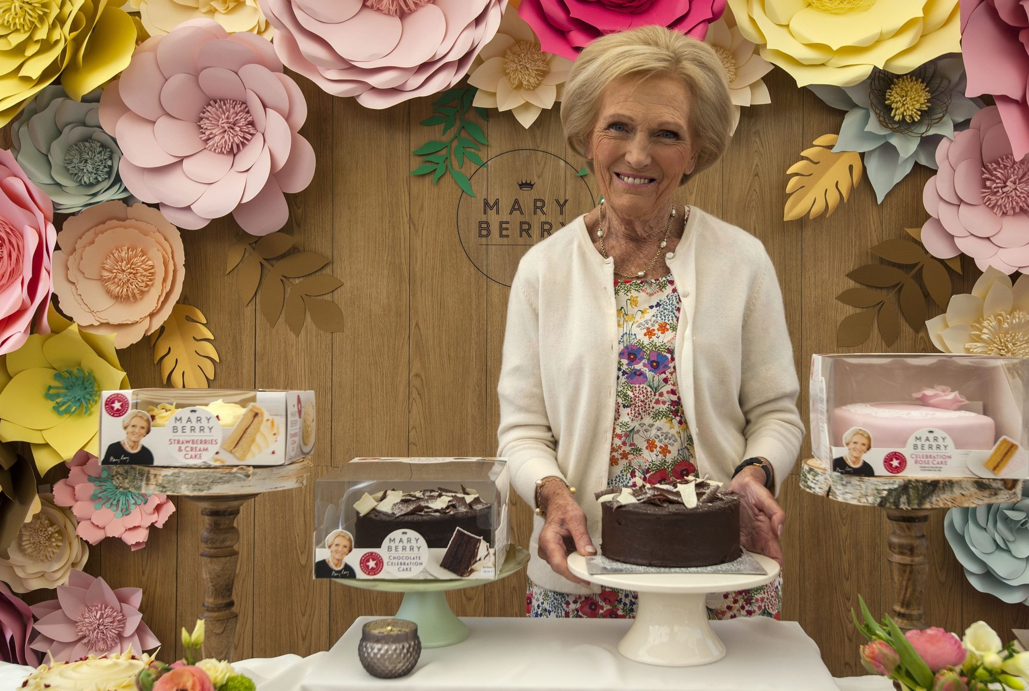 Mary Berry's Genius Tip for Icing Cakes—Sans Crumbs