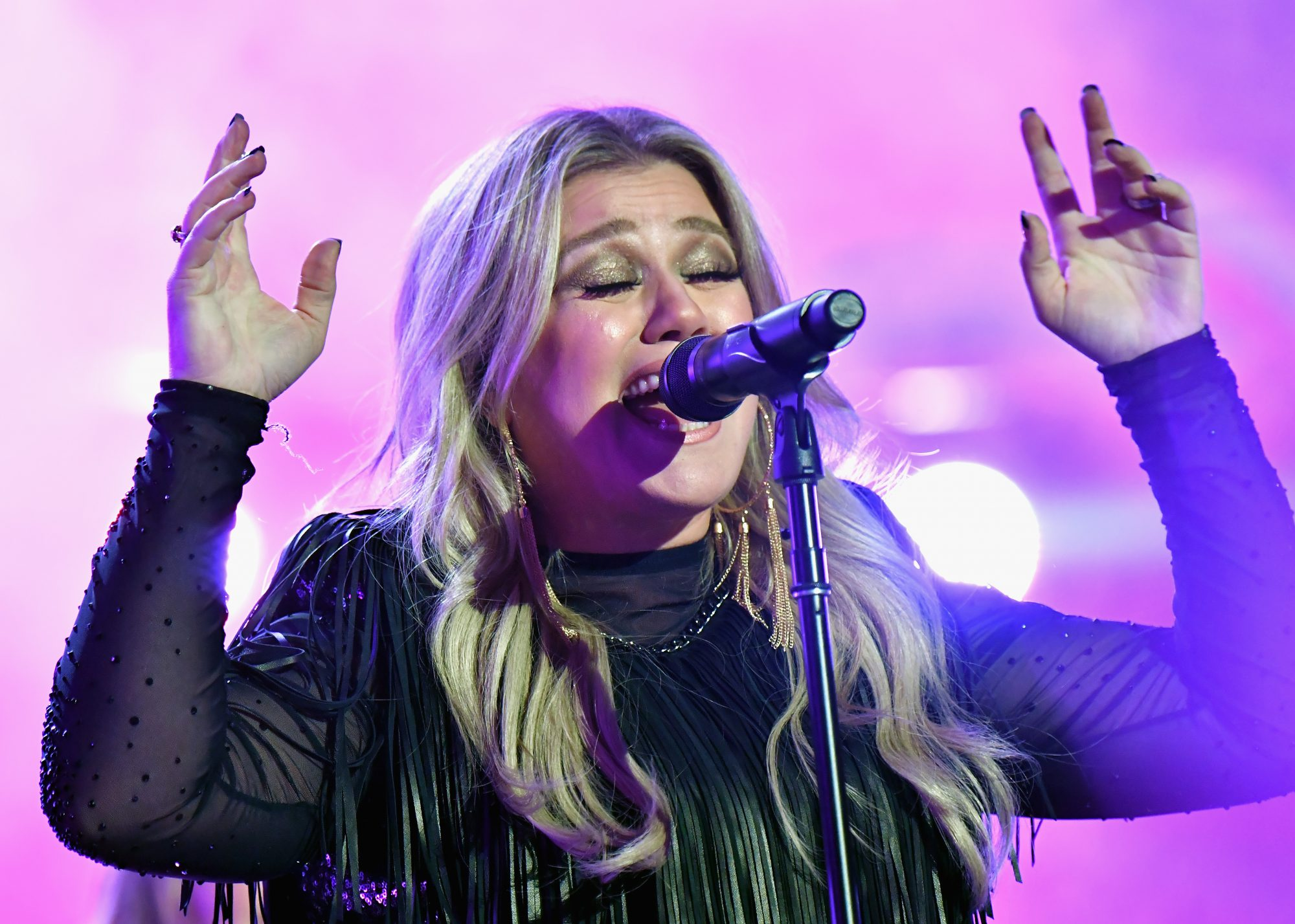 Kelly Clarkson Singing