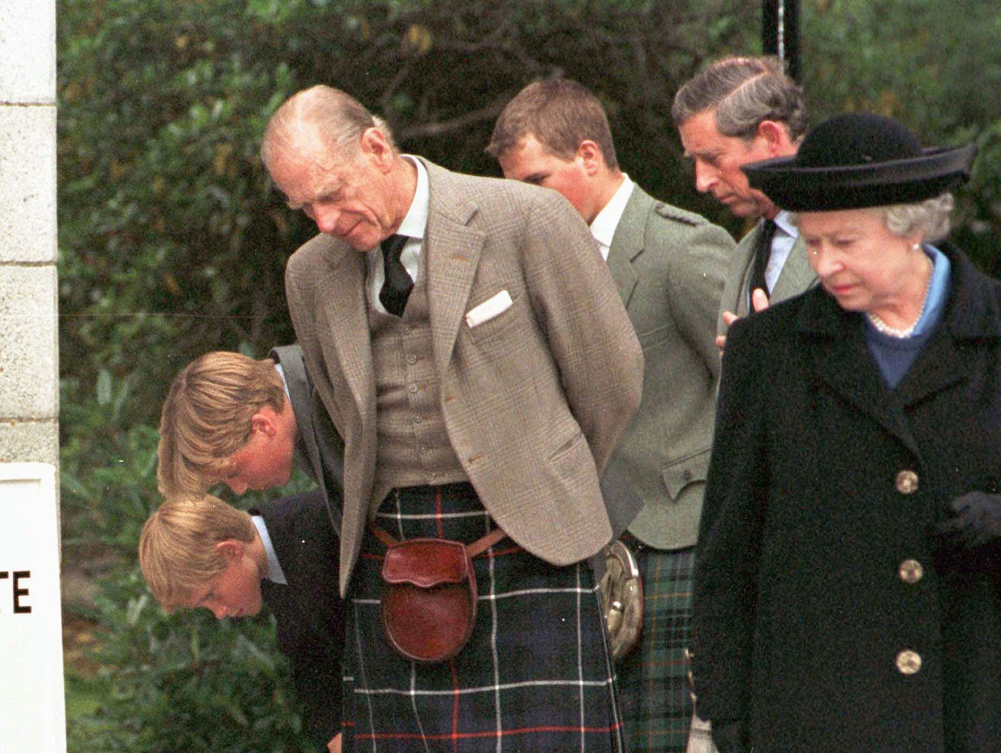 Inside the Subtle Moment the Queen Paid Tribute to Princess Diana After Her Death queen-elizabeth-diana-funeral-3