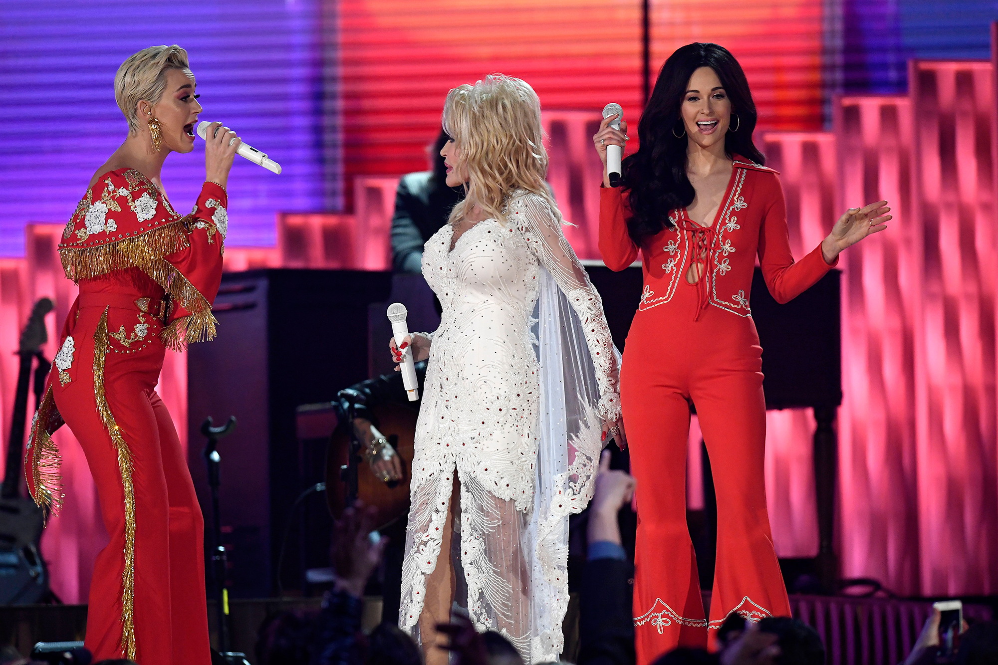 Miley Cyrus, Kacey Musgraves & More Bring Audience to Their Feet with Dolly Parton Grammys Tribute dolly-parton-2