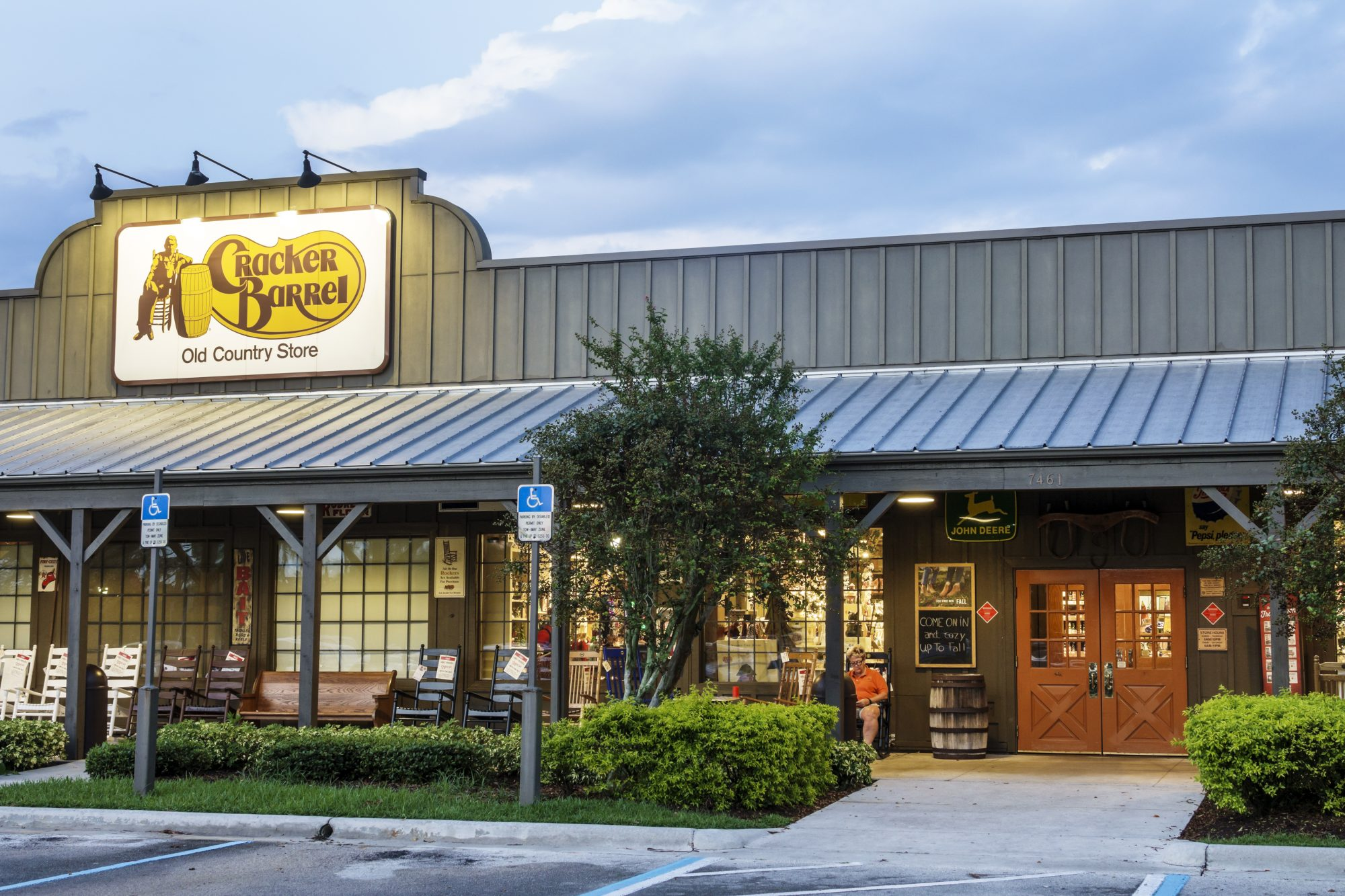 Georgia Cracker Barrel Waitress Surprised with a $1,200 Tip