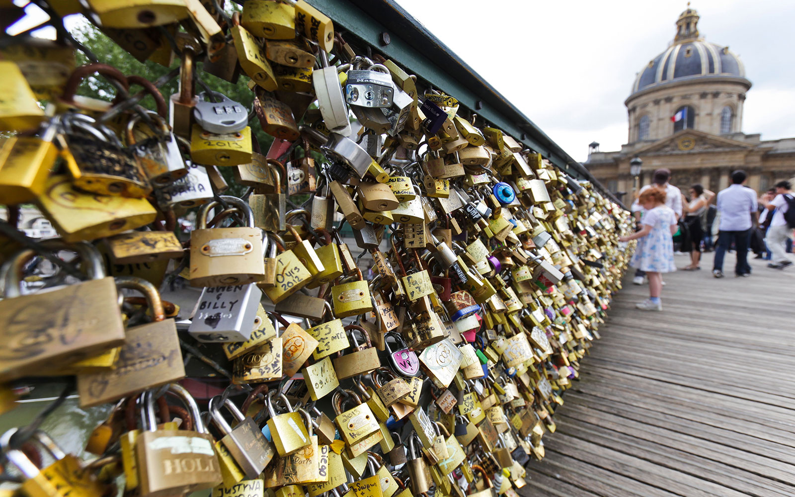 Paris to Remove Love Locks from Pont Des Arts