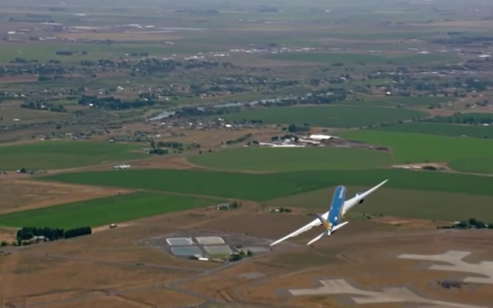 Boeing Dreamliner Demonstrates Nearly Vertical Takeoff