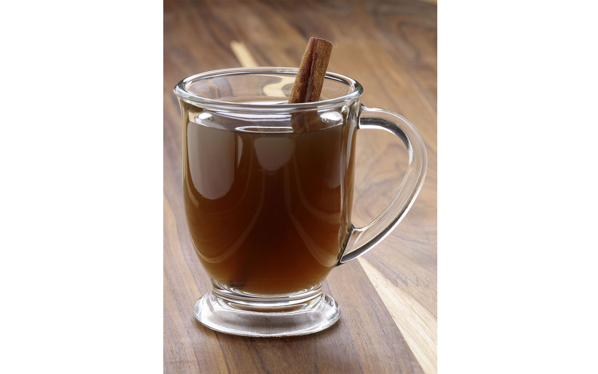 D2YN72 Nothing beats a mug of hot cider on a cold winter day. Apple Cider the coziest drink for the hollydays