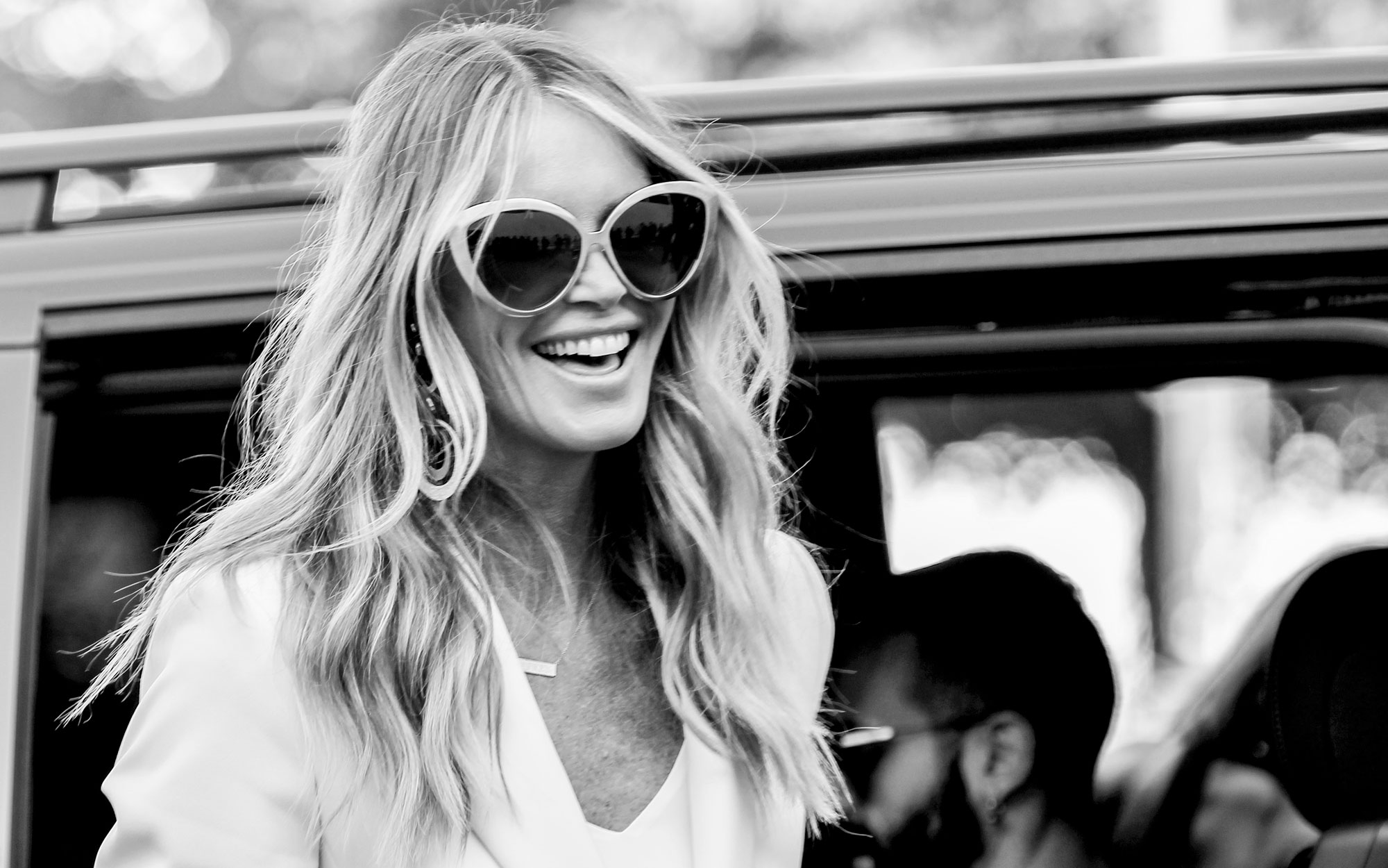 How to Travel Like Elle Macpherson