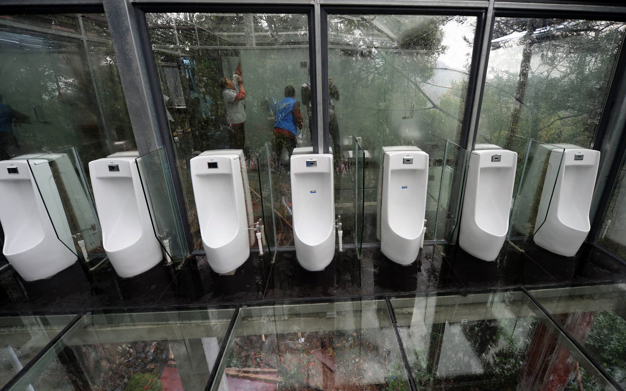China Debuts Completely See-through Bathroom