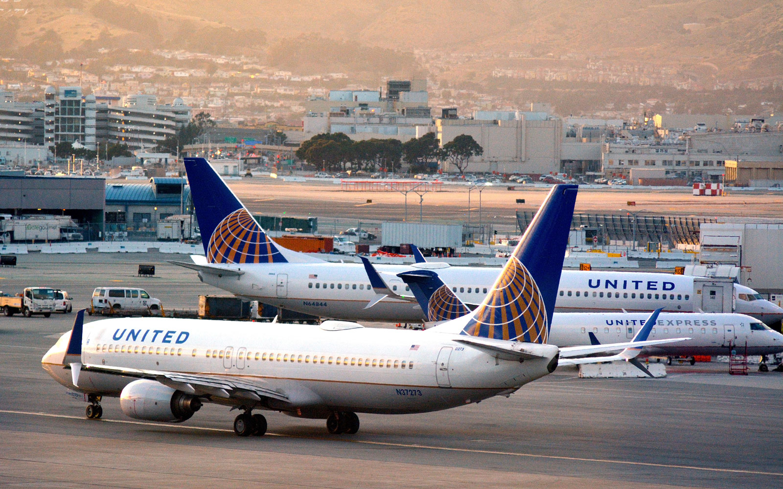 Countries React to United Airlines' Removal of Passenger, Outlining Rules for Passengers' Rights