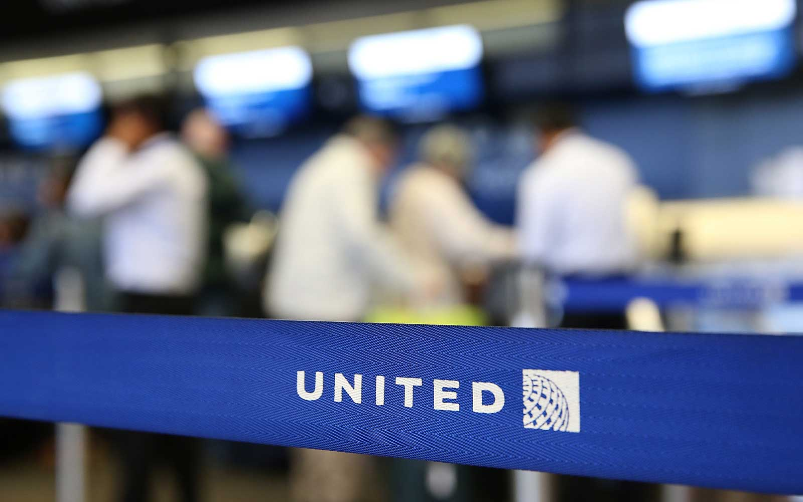 United Airlines: Officer Who Removed Passenger Put on Leave