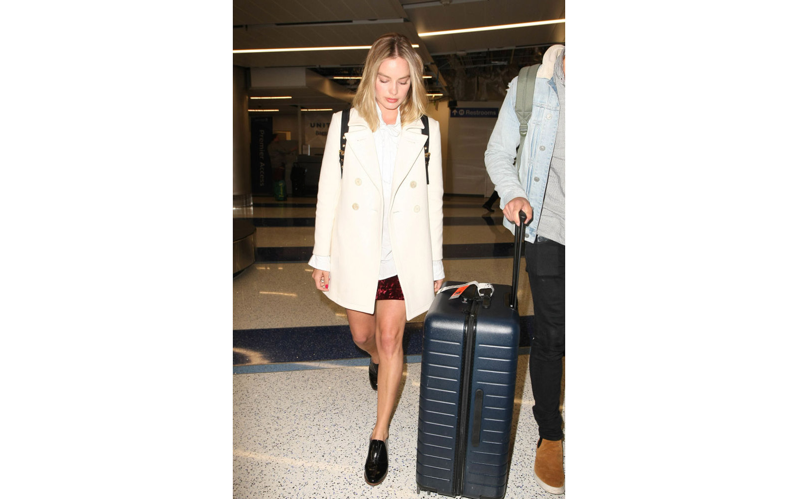 LOS ANGELES, CA - APRIL 26: Margot Robbie is seen at LAX on April 26, 2017 in Los Angeles, California.  (Photo by starzfly/Bauer-Griffin/GC Images)