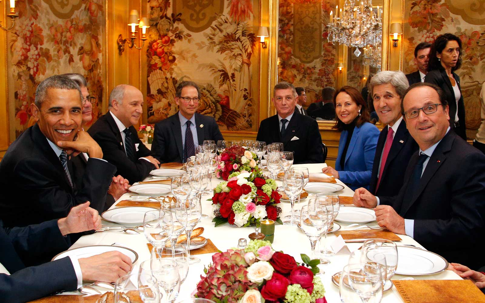 President Barack Obama (L) and French President Francois Hollande (R) have dinner at the Ambroisie restaurant in Paris