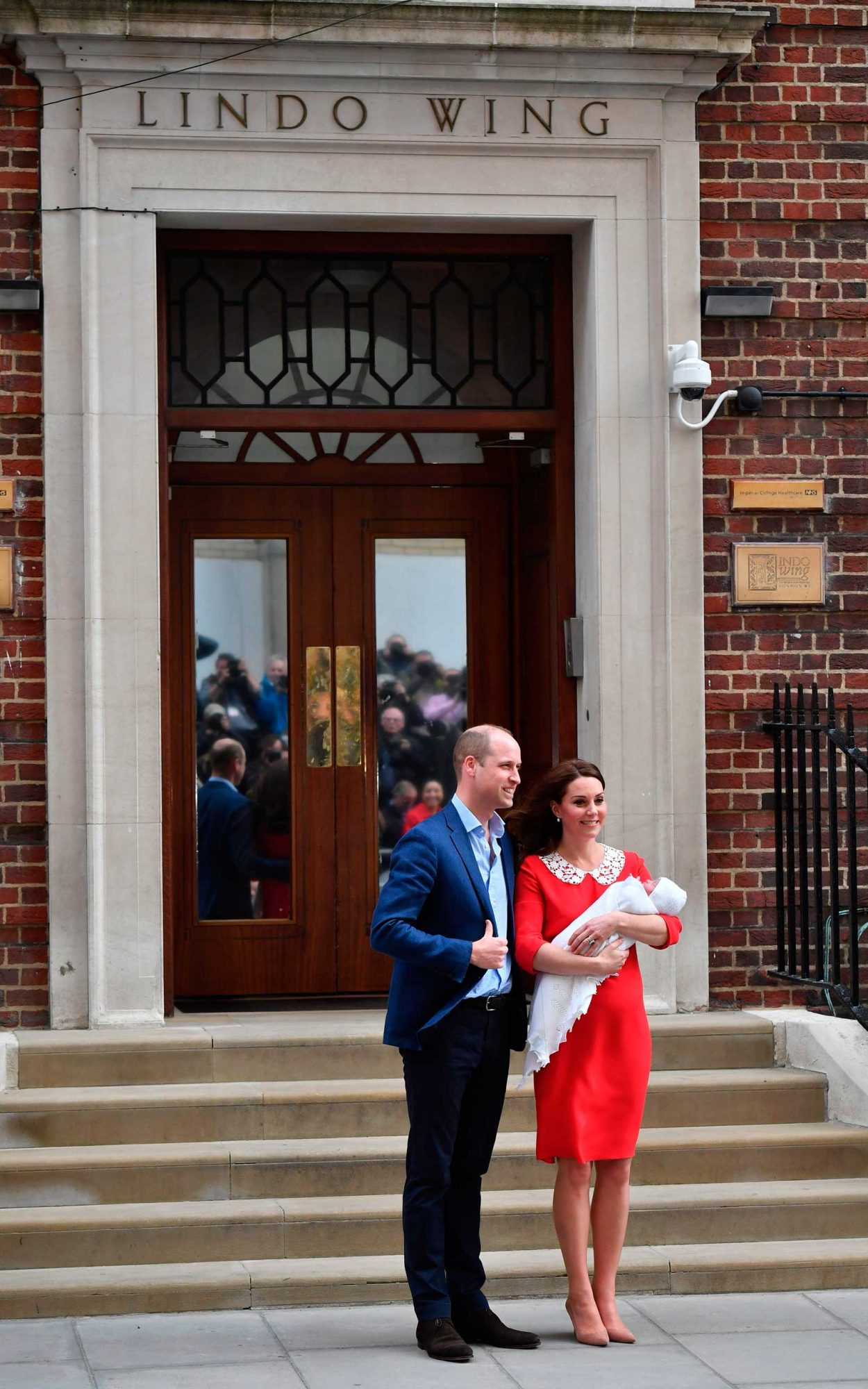 Prince William, Duke of Cambridge (L) and Britain's Catherine, Duchess of Cambridge show their newly-born son, their third child, to the media outside the Lindo Wing at St Mary's Hospital in central London, on April 23, 2018.