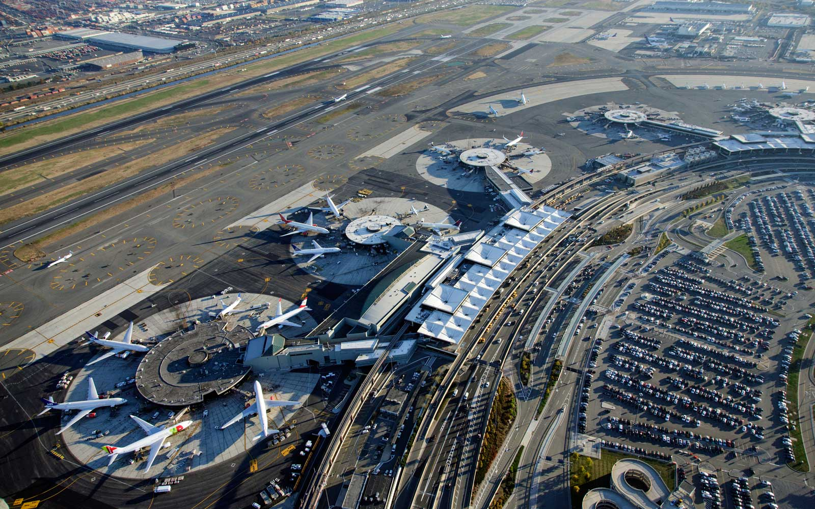Overview of planes at Newark Liberty Airport