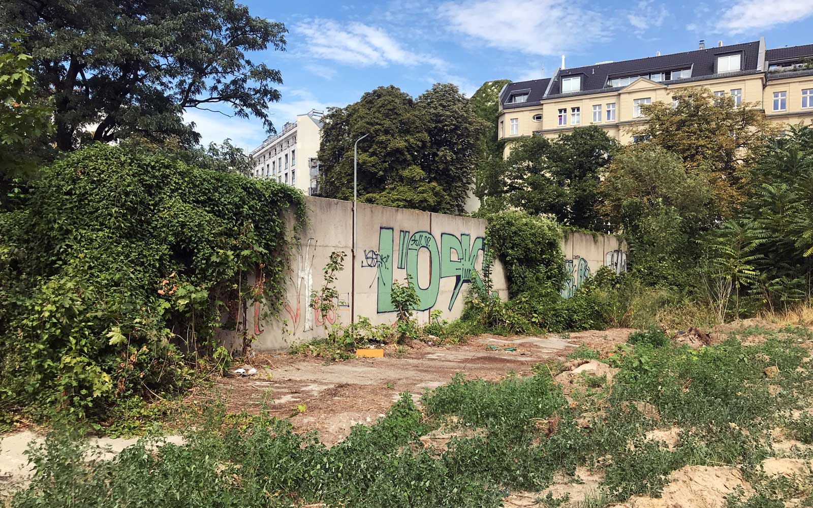 A Walking Tour Discovered a Secret Section of the Berlin Wall 29 Years After Its Fall