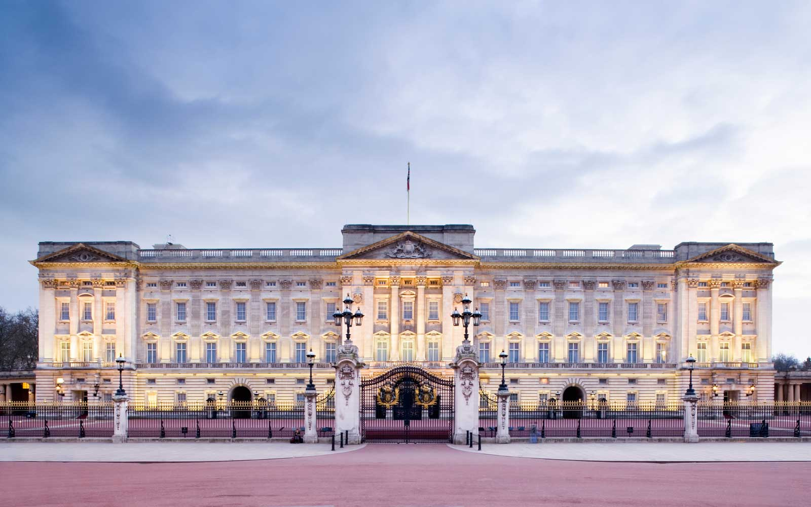 Video Inside Buckingham Palace Shows How the Queen's Butlers Navigate the Halls