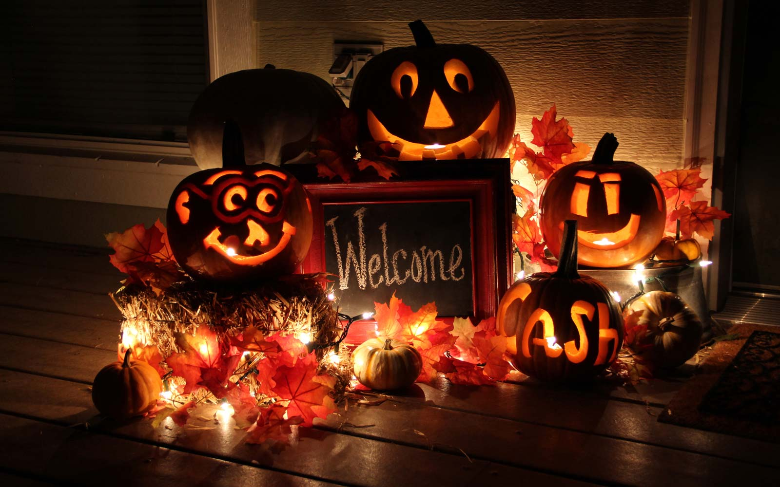 Illuminated Jack O Lanterns With Welcome Sign