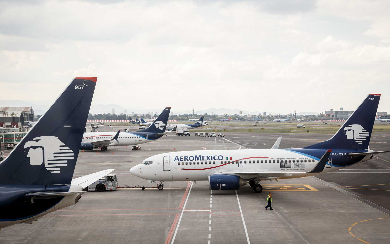 Aeromexico Passengers Attempted to Escape Using Emergency Exits After 5 Hours of Sitting on the Runway