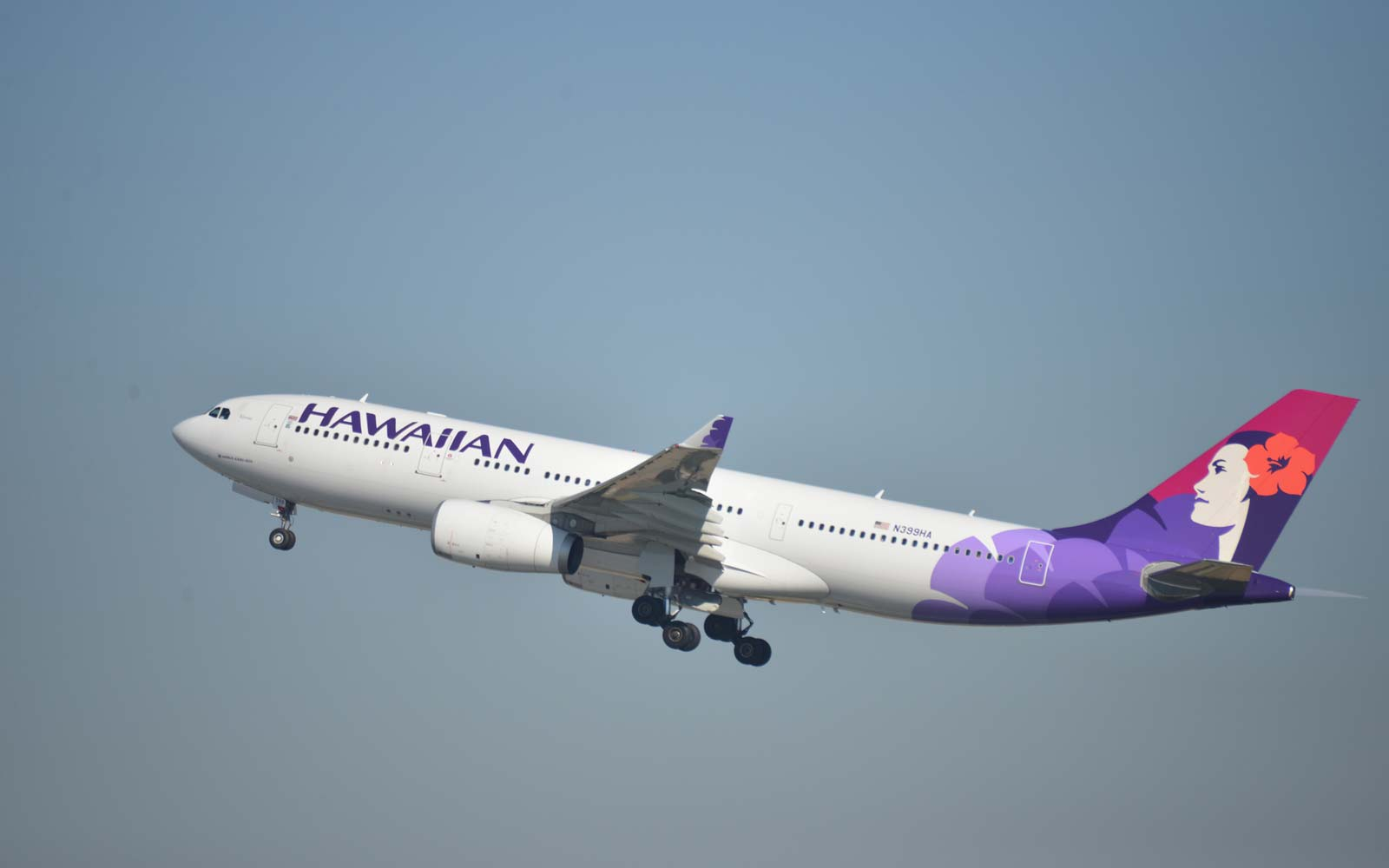 Hawaiian Airlines Plane Makes Emergency Landing After Longtime Flight Attendant Dies Mid-trip