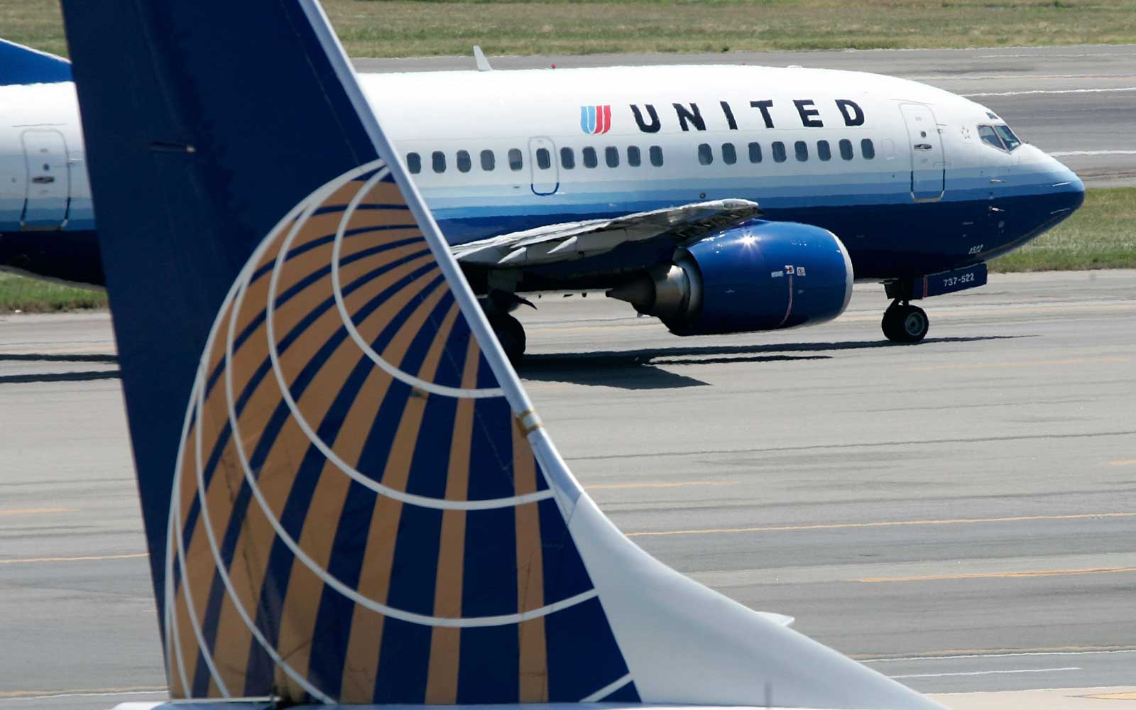 Tires Blow on a United Airlines Plane Landing at Newark Airport