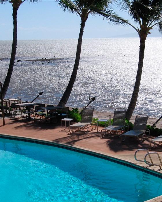 hawaii-restaurants-molokai-pool-palm-trees-ocean-0515.jpg