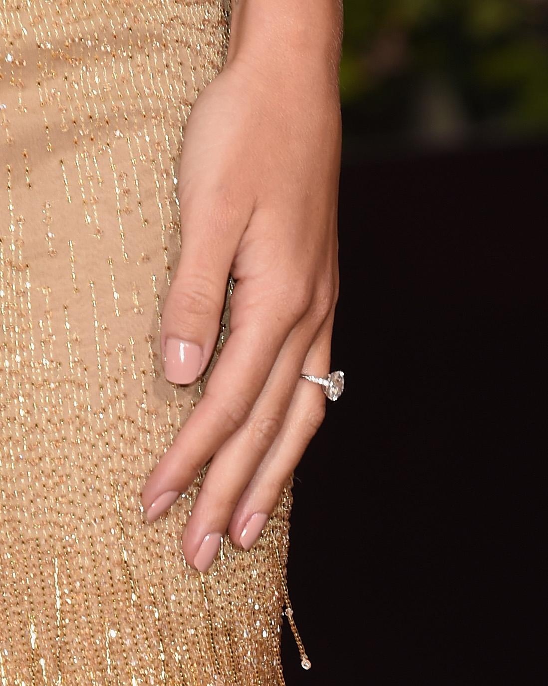 celebrity-engagement-ring-rosie-huntington-whiteley-0116.jpg