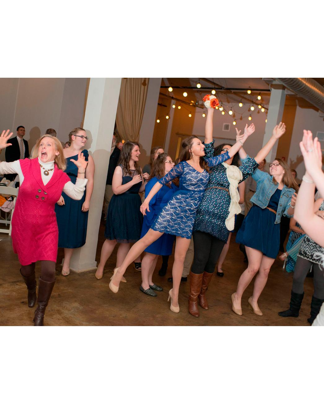 hilarious-wedding-photos-bouquet-toss-gone-wrong-1115.jpg