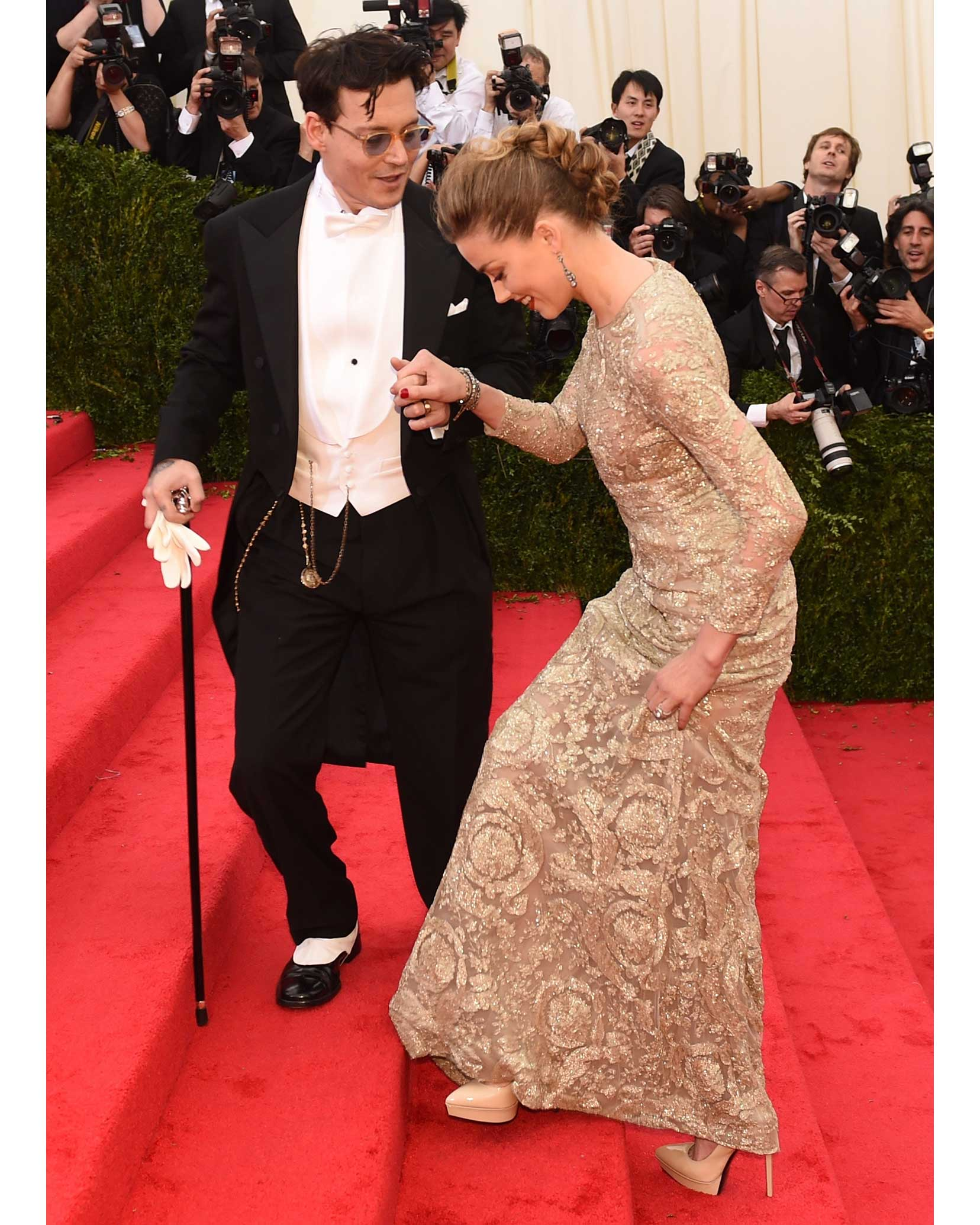 celebrity-couple-johnny-depp-amber-heard-met-gala-2014-walking-up-steps-red-carpet-0216.jpg