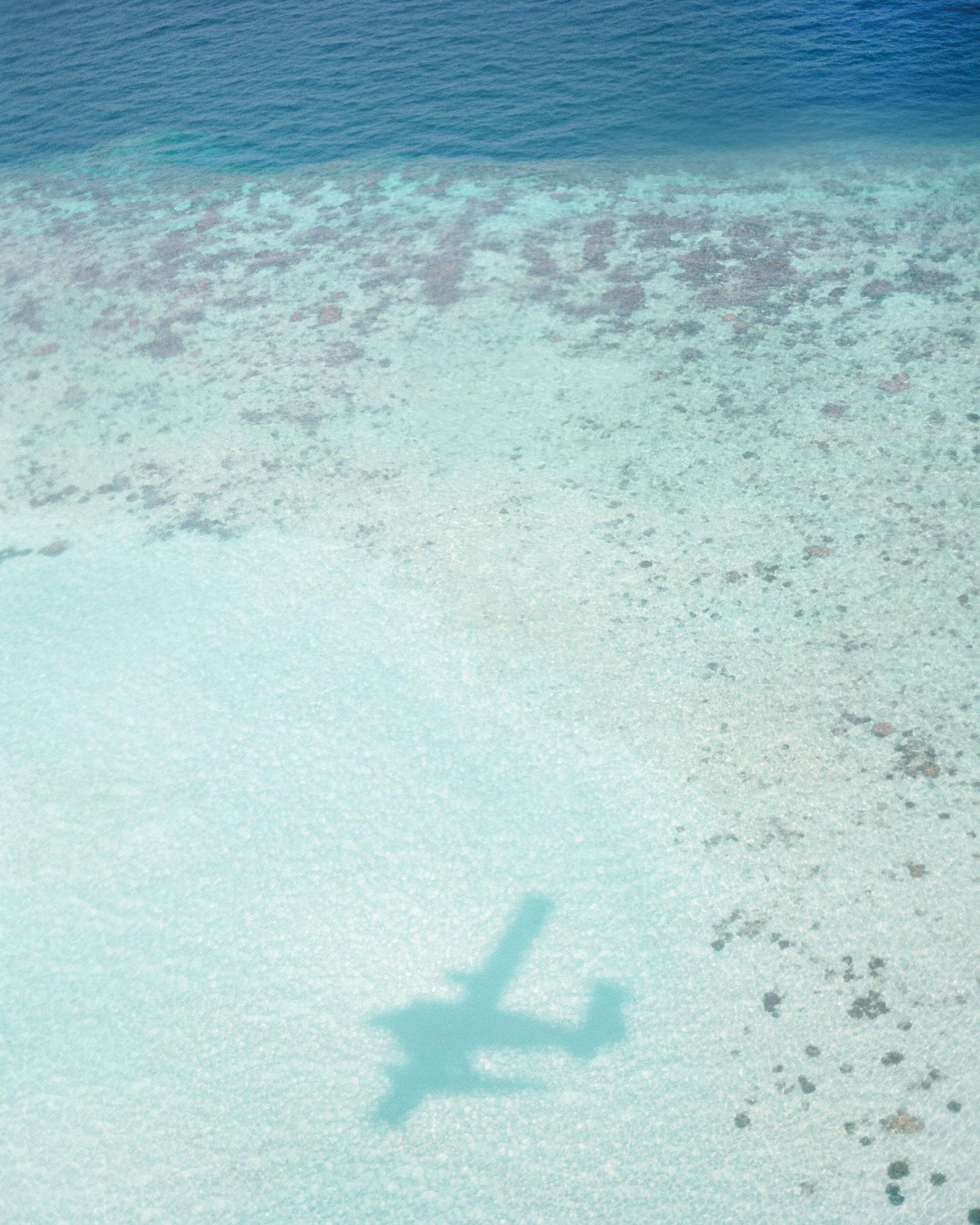peony-richard-wedding-maldives-airplane-shadow-in-sand-0015-s112383.jpg