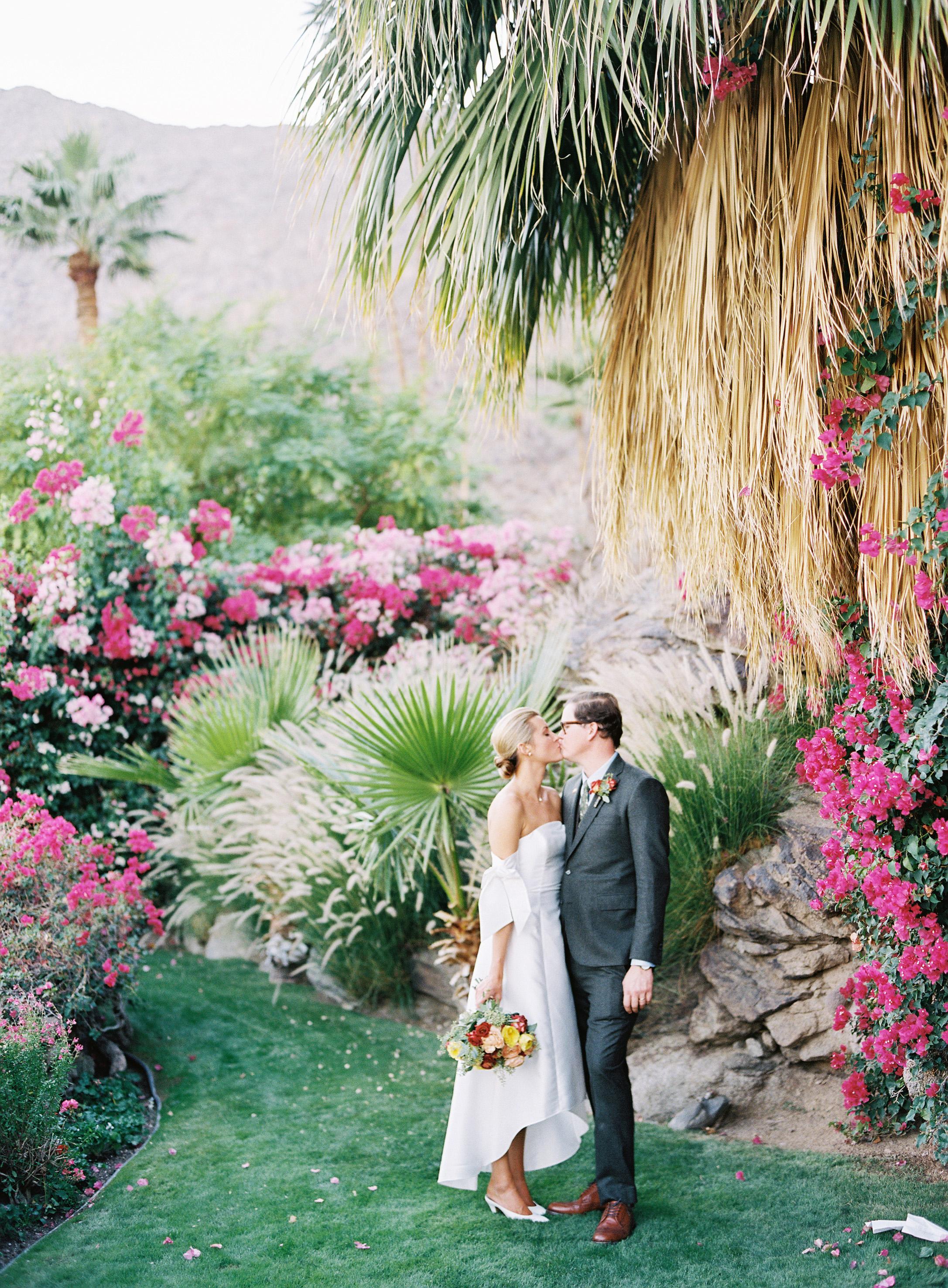 lisa louis wedding couple kiss